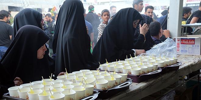 توزیع دمنوش در میان زائران اربعین عمود ۱۰۸۰