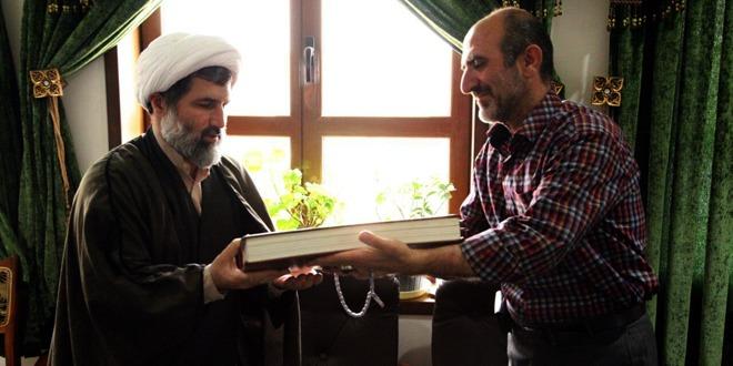 هنرمند تهرانی، قرآن خطی خود را به آستان مقدس حضرت معصومه(س) اهدا کرد