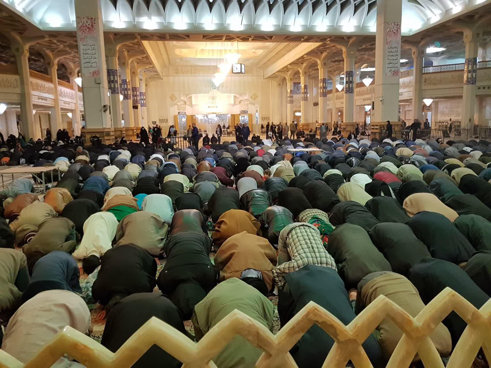 نماز جماعت در حرم حضرت معصومه(س) برپا شد/حائلهای اطراف ضریح مطهر برداشته شد +تصاویر