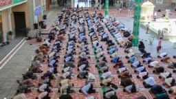 برپایی نماز جماعت با رعایت پروتکلهای بهداشتی در حرم حضرت معصومه(س)